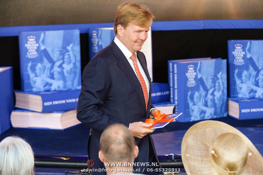 NLD/Apeldoorn/20130905- Uitreiking Droomboek aan koning Willem Alexander en koninging Maxima,