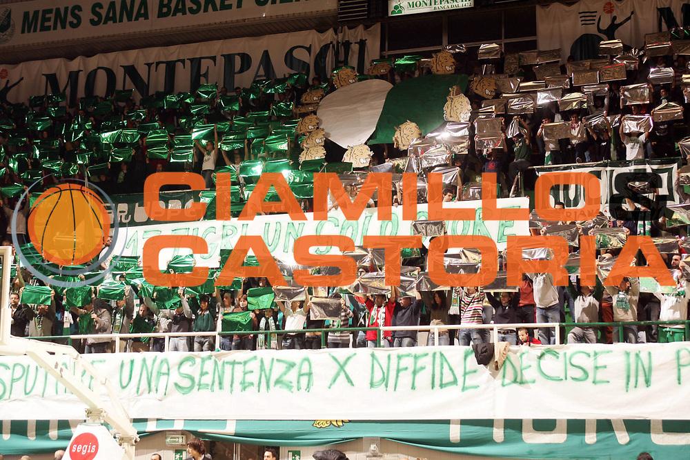 DESCRIZIONE : Siena Lega A1 2006-07 Montepaschi Siena Benetton Treviso <br /> GIOCATORE : Tifosi <br /> SQUADRA : Montepaschi Siena <br /> EVENTO : Campionato Lega A1 2006-2007 <br /> GARA : Montepaschi Siena Benetton Treviso <br /> DATA : 30/12/2006 <br /> CATEGORIA : Delusione <br /> SPORT : Pallacanestro <br /> AUTORE : Agenzia Ciamillo-Castoria/P.Lazzeroni