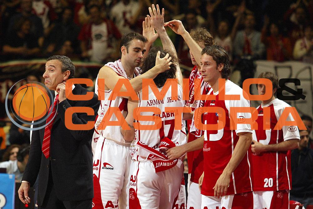 DESCRIZIONE : Milano Lega A1 2005-06 Armani Jeans Milano Benetton Treviso<br />GIOCATORE : Squadra<br />SQUADRA : Armani Jeans Milano<br />EVENTO : Campionato Lega A1 2005-2006<br />GARA : Armani Jeans Milano Benetton Treviso<br />DATA : 27/11/2005<br />CATEGORIA : Esultanza<br />SPORT : Pallacanestro<br />AUTORE : Agenzia Ciamillo-Castoria/S.Ceretti