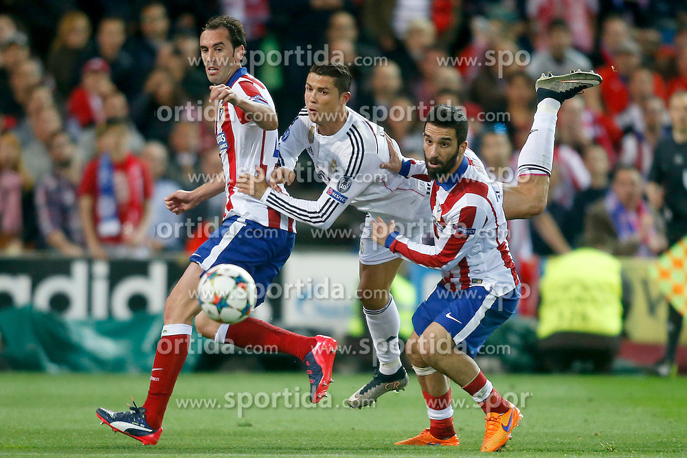 14.04.2015, Estadio Vicente Calderon, Madrid, ESP, UEFA CL, Atletico Madrid vs Real Madrid, Viertelfinale, Hinspiel, im Bild Atletico de Madrid's Diego Godin (l) and Arda Turan (r) and Real Madrid's Cristiano Ronaldo // during the UEFA Champions League quarter finals 1st Leg match between Club Atletico de Madrid and Real Madrid CF at the Estadio Vicente Calderon in Madrid, Spain on 2015/04/14. EXPA Pictures &copy; 2015, PhotoCredit: EXPA/ Alterphotos/ Acero<br /> <br /> *****ATTENTION - OUT of ESP, SUI*****