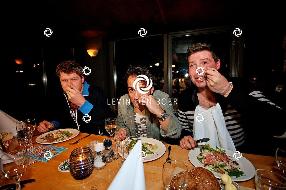 LEIDEN - De 3FM Serious Request actie is weer van start gegaan in Leiden.  Met op de foto de djs die hun laatste avondmaal eten voordat ze het glazenhuis in gaan met Coen Swijnenberg, Gerard Ekdom en Timur Perlin. FOTO LEVIN DEN BOER - PERSFOTO.NU