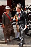 Aankomst koninklijke familie in de gouden koets bij de Ridderzaal op Prinsjesdag 2012. /// Arrival royal family in the golden coach at the Riddrerzaal on &quot;Prinsjesdag&quot;in The Hague<br /> <br /> Op de foto / On the photo: