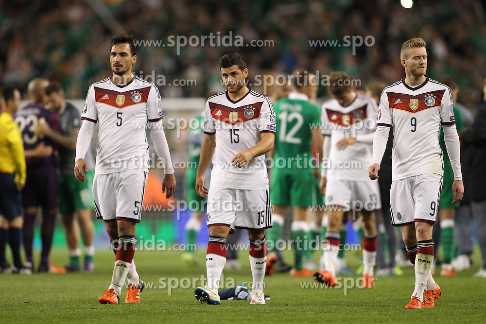 08.10.2015, Avia Stadium, Dublin, IRL, UEFA Euro Qualifikation, Irland vs Deutschland, Gruppe D, im Bild Mats Himmels (Borussia Dortmund #5), Andre Schuerrle (VfL Wolfsburg #9) und Kevin Volland (TSG 1899 Hoffenheim #15) enttaeuscht // during the UEFA EURO 2016 qualifier group D match between Ireland and Germany at the Avia Stadium in Dublin, Ireland on 2015/10/08. EXPA Pictures &copy; 2015, PhotoCredit: EXPA/ Eibner-Pressefoto/ Risto Bozovic<br /> <br /> *****ATTENTION - OUT of GER*****