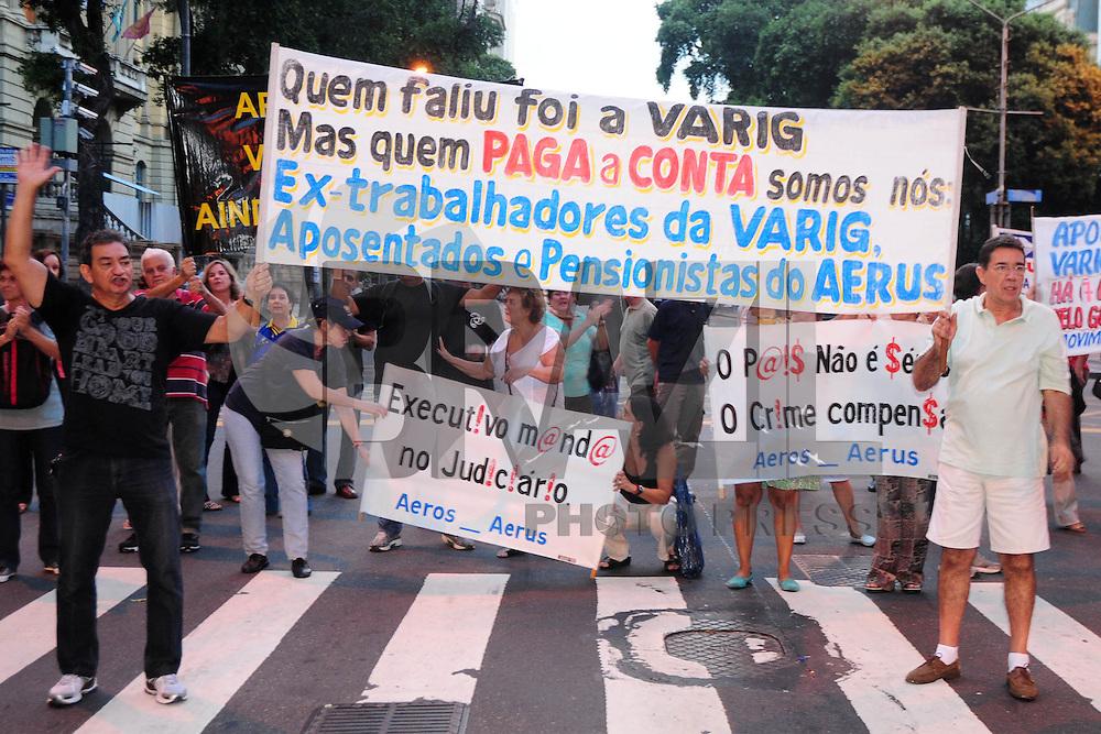 RIO DE JANEIRO,RJ,12.04.2013: APOSENTADOS E PENSIONISTAS DA VARIG REALIZAM PROTESTO NO CENTRO DO RIO. Aposentados e pensionistas da Varig realizaram um protesto nesta tarde na Cinelandia no Centro do Rio. Os manifestantes a maioria idosos reclamaram da falte deapoio do Governo. Há 7 anos os ex trabalhadores estão sem o auxilio e reclamam do abandono. SAANDROVOX/PHOLHAPRESS