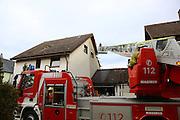 Mannheim. 23.02.17   BILD- ID 056  <br /> Schönau. Brand im Mehrfamilienhaus. Bei dem Brand in einem Vierfamilienhaus am Donnerstagnachmittag auf der Schönau ist ein geschätzter Schaden von rund 300 000 Euro entstanden. Das Feuer war im ersten Obergeschoss ausgebrochen und hatte auf das Dachgeschoss übergegriffen, teilte die Polizei mit. Die Bewohner konnten das Haus im Ludwig-Neischwander-Weg rechtzeitig verlassen. Verletzt wurde bei dem Brand niemand. Die Feuerwehr brachte den Brand unter Kontrolle. Die Brandursache ist noch nicht bekannt.<br /> Bild: Markus Prosswitz 23FEB17 / masterpress (Bild ist honorarpflichtig - No Model Release!)