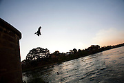 Pirapora_MG, Brasil...Ponte Marechal Hermes sobre o Rio Sao Francisco em Pirapora. Na foto, um garoto pulando no rio...Marshal Hermes Bridge, over Sao Francisco River in Pirapora. In this photo, a boy is jumping in the river...Foto: LEO DRUMOND / NITRO