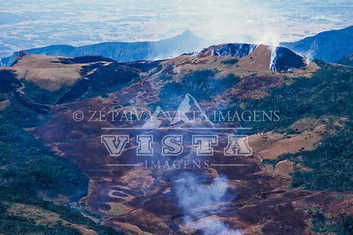 Queimada em um campo, Parque Nacional de São Joaquim, Santa Catarina, Brasil. foto de Ze Paiva/Vista Imagens