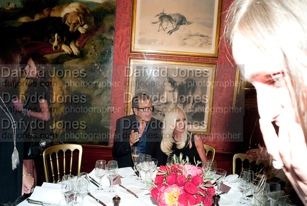 MARIO TESTINO; DONATELLA VERSACE, Dinner hosted by Elizabeth Saltzman for Mario Testino and Kate Moss. Mark's Club. London. 5 June 2010. -DO NOT ARCHIVE-© Copyright Photograph by Dafydd Jones. 248 Clapham Rd. London SW9 0PZ. Tel 0207 820 0771. www.dafjones.com.