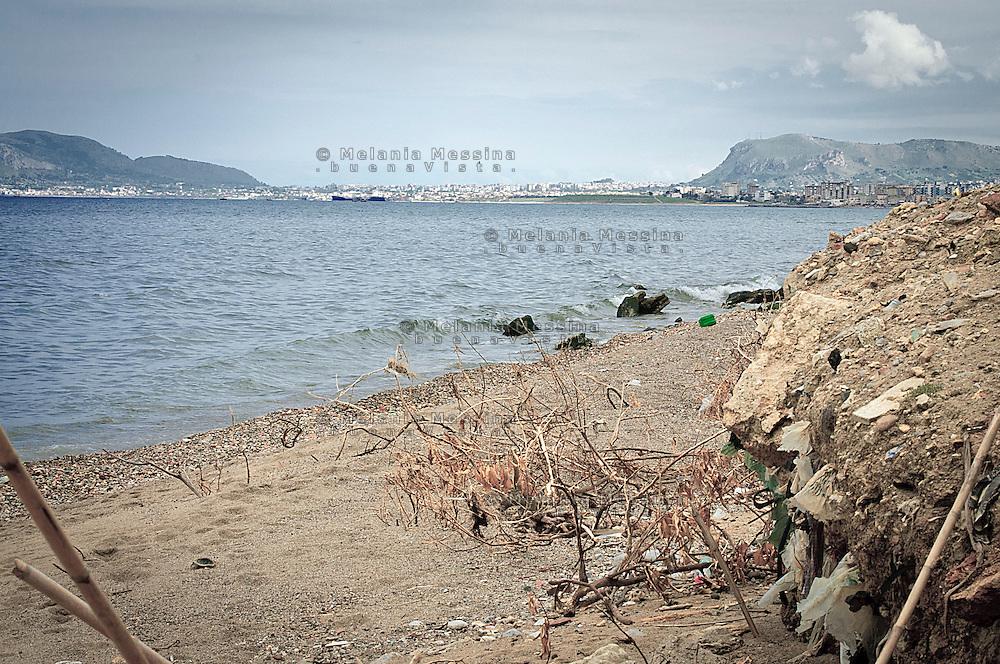 Palermo, waste dump covered with soil in the mouth of the Oreto river.<br /> Palermo, discarica ricoperta di terriccio nella foce del fiume Oreto.