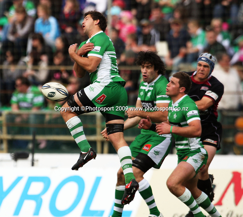Manawatu number eight Brent Thompson misfields a high ball.<br /> Air NZ Cup rugby - Manawatu Turbos v North Harbour at FMG Stadium, Palmerston North, New Zealand. Saturday, 24 October 2009. Photo: Dave Lintott/PHOTOSPORT