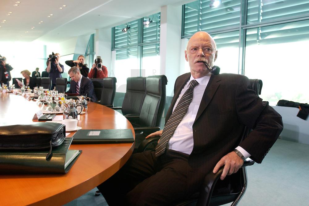 28 APR 2004, BERLIN/GERMANY:<br /> Peter Struck, SPD, Bundesverteidigungsminister, raucht seine Pfeife, vor Beginn der Kabinettsitzung, Bundeskanzleramt<br /> IMAGE: 20040428-01-007<br /> KEYWORDS: Kabinett, Sitzung, rauchen
