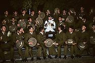 Hong Kong. Prince Charles and the last Gurkhas regiment Se Kong    / photo de famille du prince Charles et du dernier bataillon Gurkha qui va  être bientôt démantelé  / R00057/76    L1088  /  P0000907