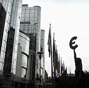 Belgie, Brussel, 28-7-2011Standbeeld van de godin Europa voor een van de gebouwen van het Europees Parlement. In haar hand de Griekse E, die later het symbool voor de euro werd.Foto: Flip Franssen/Hollandse Hoogte
