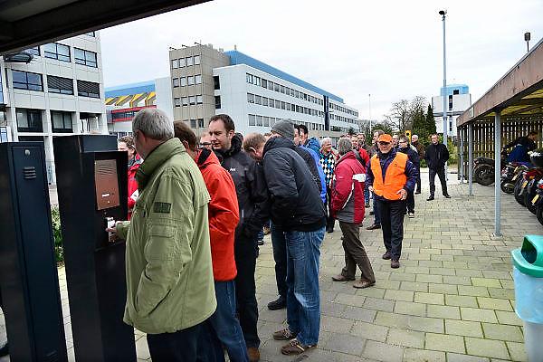 Nederland, Nijmegen, 25-2-2014Bij de vestiging van chipfabrikant NXP wordt door de bonden, vakbonden een stakingsactie georganiseerd om de looneisen kracht bij te zetten. De animo was bijzonder groot.  Vier verschillende bonden die de actie samen organiseerden.Honderden mensen legden het werk neer voor een periode van 2 uur.De animo was bijzonder groot. De bonden eisen een salarisverhoging van 4,5 procent en een verbetering van het bonussysteem. Van het huidige systeem profiteren alleen de werknemers met hoge salarissen.Foto: Flip Franssen/Hollandse Hoogte