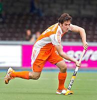 AMSTELVEEN - International Robert van der Horst  in actie. De mannen van het Nederlands Hockeyteam hebben zondag, ter voorbereiding aan het EK dat volgende week in Duitsland wordt gehouden, geoefend tegen Canada (7-2).    Copyright Koen Suyk.