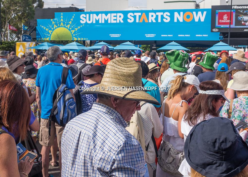 FEATURE,Menschenmenge wartet vor dem Stadion auf den Einlass.<br /> <br /> Australian Open 2017 -  Melbourne  Park - Melbourne - Victoria - Australia  - 17/01/2017.