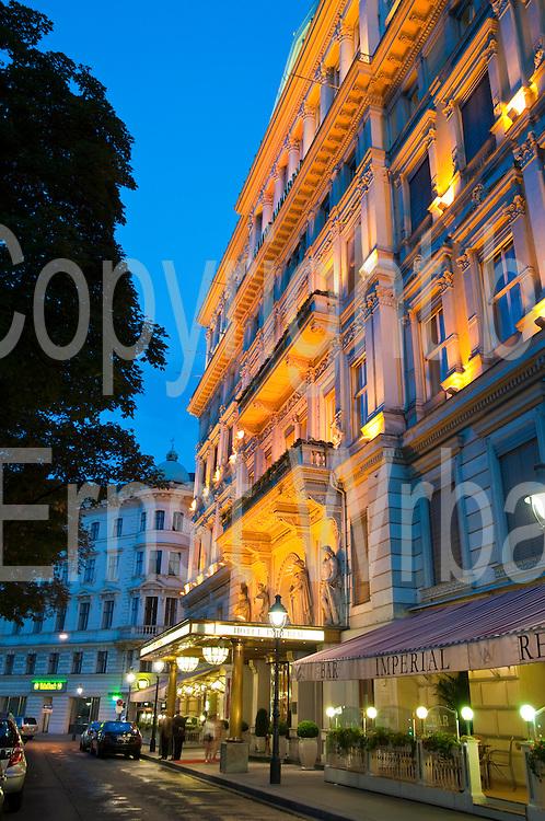 Hotel Imperial bei Dämmerung, Ringstraße, Wien, Österreich .|.Hotel Imperial at dusk, Ringroad, Vienna, Austria..