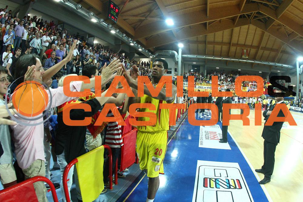 DESCRIZIONE : Frosinone Lega A2 2009-10 Playoff Finale Gara 1 Prima Veroli Banco di Sardegna Sassari<br /> GIOCATORE : Tyrrel Kyle Hines<br /> SQUADRA : Prima Veroli <br /> EVENTO : Campionato Lega A2 2009-2010<br /> GARA : Prima Veroli Banco di Sardegna Sassari<br /> DATA : 06/06/2010<br /> CATEGORIA : Esultanza<br /> SPORT : Pallacanestro <br /> AUTORE : Agenzia Ciamillo-Castoria/GiulioCiamillo<br /> Galleria : Lega Basket A2 2009-2010 <br /> Fotonotizia : Frosinone Campionato Italiano Lega A2 2009-2010 Playoff Finale Gara 1 Prima Veroli Banco di Sardegna Sassari<br /> Predefinita :