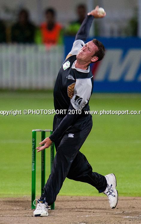 Ian Butler bowls during New Zealand Black Caps v Pakistan, Match 2, won by NZ by 39 runs. Twenty 20 Cricket match at Seddon Park, Hamilton, New Zealand. Tuesday 28 December 2010. . Photo: Stephen Barker/PHOTOSPORT