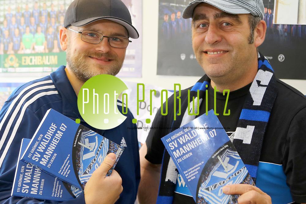 Mannheim. 25.09.17 | Buchautoren SV Waldhof<br /> Wallstadt. In den R&auml;umen des Sportkreises Mannheim. Waldhof Fanprojekt. Die beiden Autoren des Buches &quot;111 Gr&uuml;nde den SV Waldhof Mannheim 07 zu lieben&quot;<br /> <br /> - v.l. Tilo Dornbusch und Martin Willig<br /> <br /> <br /> BILD- ID 3714 |<br /> Bild: Markus Prosswitz 25SEP17 / masterpress (Bild ist honorarpflichtig - No Model Release!)
