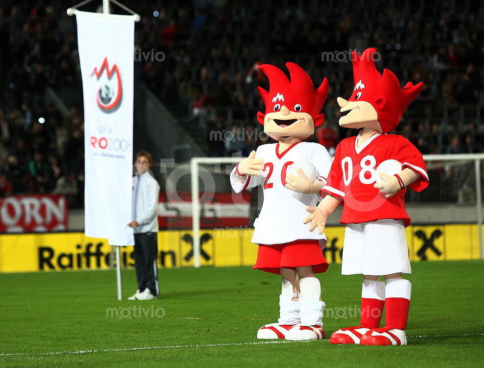 Fussball Freundschaftsspiel Oesterreich - Schweiz Die beiden Maskottchen -Trix und Flix- praesentieren sich vor dem Spiel