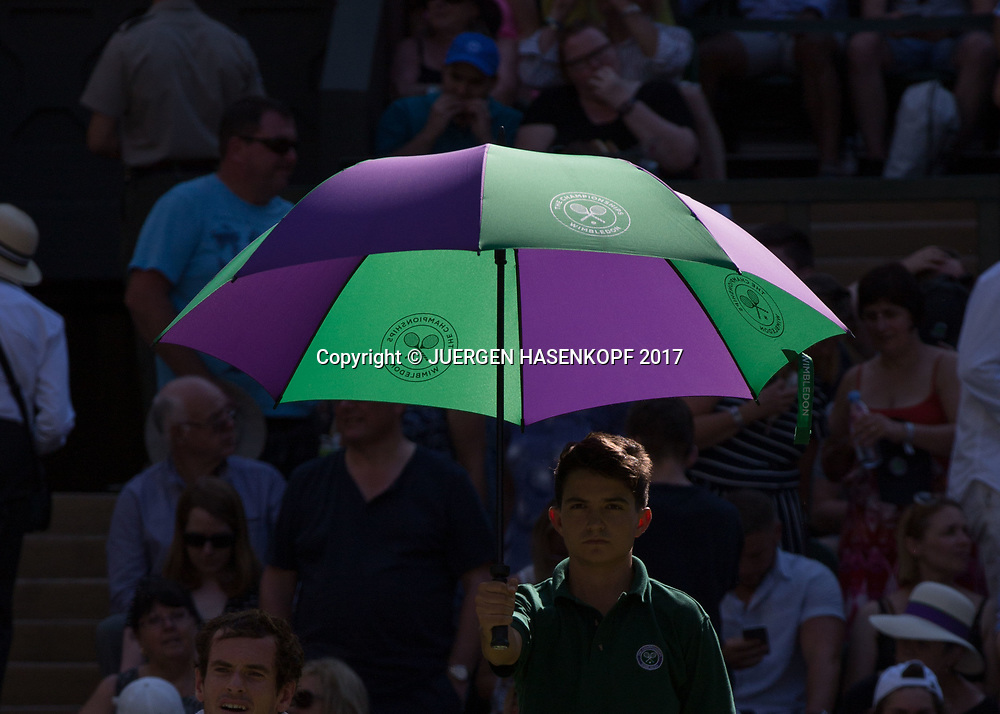 Wimbledon Feature, Balljunge haelt Sonnenschirm,<br /> <br /> Tennis - Wimbledon 2017 - Grand Slam ITF / ATP / WTA -  AELTC - London -  - Great Britain  - 5 July 2017.