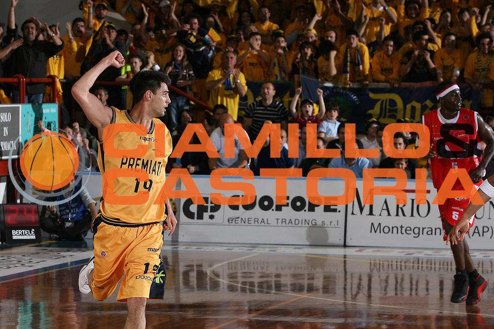 DESCRIZIONE : Porto San Giorgio Lega A1 2007-08 Playoff Quarti Di Finale Gara 3 Premiata Montegranaro Armani Jeans Milano<br /> GIOCATORE : Matteo Canavesi<br /> SQUADRA : Premiata Montegranaro<br /> EVENTO : Campionato Lega A1 2007-2008 <br /> GARA : Premiata Montegranaro Armani Jeans Milano<br /> DATA : 14/05/2008 <br /> CATEGORIA : Esultanza<br /> SPORT : Pallacanestro <br /> AUTORE : Agenzia Ciamillo-Castoria/M.Marchi