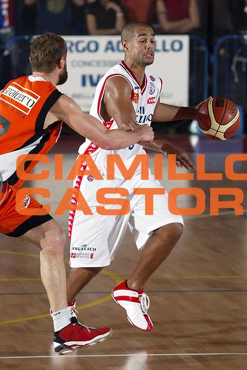 DESCRIZIONE : Biella Lega A1 2005-06 Angelico Biella Snaidero Udine<br />GIOCATORE : Smith<br />SQUADRA : Angelico Biella<br />EVENTO : Campionato Lega A1 2005-2006<br />GARA : Angelico Biella Snaidero Udine<br />DATA : 04/12/2005<br />CATEGORIA : Palleggio<br />SPORT : Pallacanestro<br />AUTORE : Agenzia Ciamillo-Castoria/S.Ceretti