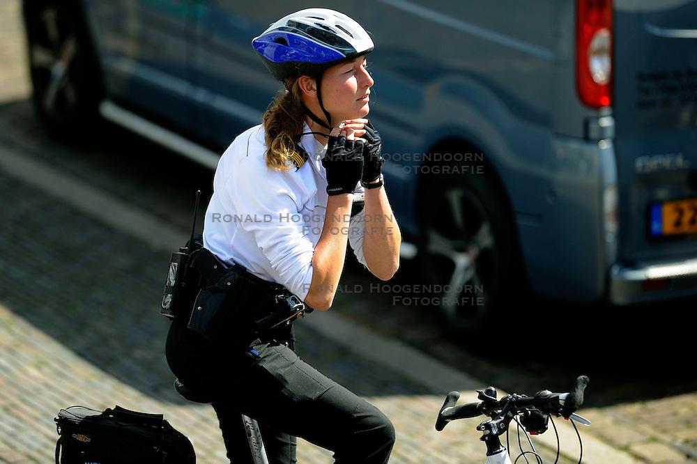 20-07-2008 VOLLEYBAL: BEACH OPEN EREDIVISIE: DEN HAAG <br /> Politie bewaking controle item security<br /> ©2008-WWW.FOTOHOOGENDOORN.NL