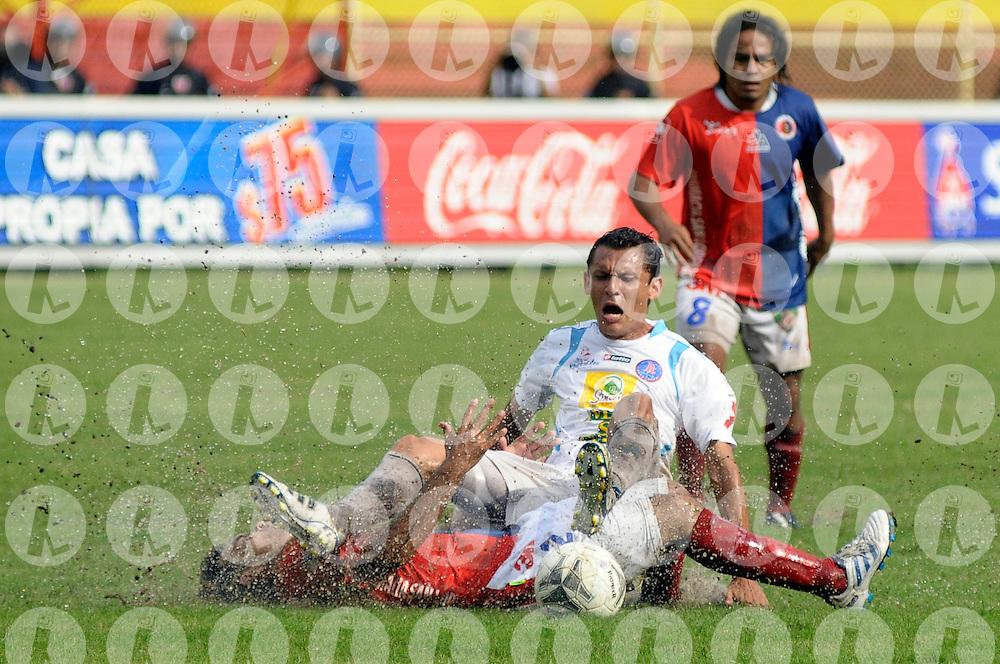 Dony Valle (I) de FAS marca a Hector Salazar (D) de Alianza, durtante el partido entre Alianza FC y Club Deportivo FAS, en el estadio Cuscatlán hoy domingo 18 de sepmtiembre de 2011. Fas ganó 1-2. Foto IL: Wilton CASTILLO