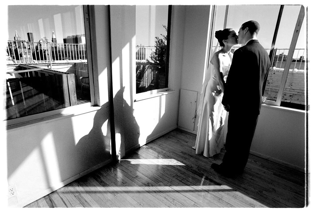 Med utsikt över hela Manhattan får paret några minuter för sig själva efter vigseln, innan gästerna släpps på och överöser dem med gratualtioner och lyckönskningar...Joby Harold and Tory Tunnell's wedding in New York City..Photographer: Chris Maluszynski /MOMENT