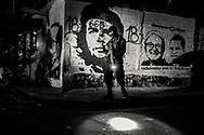 Patrulla con la Unidad de Halcones de la Policia de San Salvador junto a las pintadas de la Calle Molino en la comunidad del Coro perteneciente a la Pandilla 18