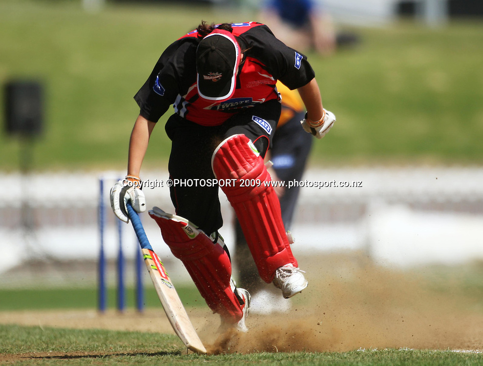 Michelle Mitchell stretches to make her ground.<br /> State League 20/20 final. Wellington Blaze v Canterbury Magicians at Allied Prime Basin Reserve, Wellington. Saturday, 25 January 2009. Photo: Dave Lintott/PHOTOSPORT