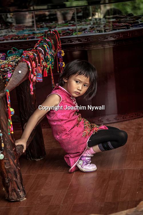 2011 08 21 Bhai Sha Yunnan Kina Liten flicka p&aring; marknad<br /> <br /> <br /> ----<br /> FOTO : JOACHIM NYWALL KOD 0708840825_1<br /> COPYRIGHT JOACHIM NYWALL<br /> <br /> ***BETALBILD***<br /> Redovisas till <br /> NYWALL MEDIA AB<br /> Strandgatan 30<br /> 461 31 Trollh&auml;ttan<br /> Prislista enl BLF , om inget annat avtalas.