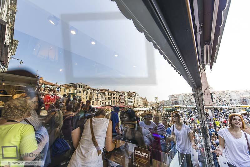 Rialto Bridge, crowded with tourists, Venice, Venetia, Italy