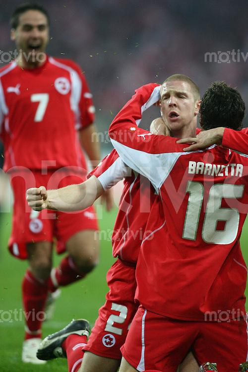 Fussball International WM Qualifikation Schweiz 2-0 Tuerkei JUBEL SUI, Torschuetze Philipp Senderos (mitte) umarmt von Tranqillo Barnetta (SUI,re) , Ricardo Cabanas (SUI,li)