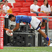 Siaosi Asofolau's magnificent try effort was negated by the referee in Manu Samoa's 28-12 victory over Portugal in the Singapore 7's, day 1, Singapore National Stadium, Singapore.  Photo by Barry Markowitz, 4/16/16