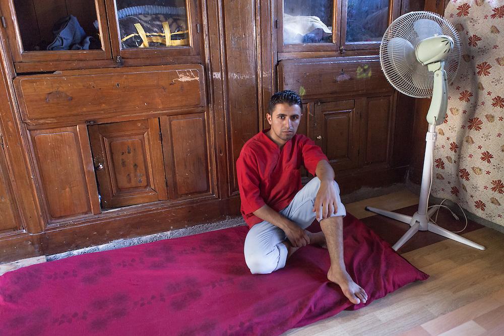 &lsquo;Ik heb haar met mijn<br /> eigen handen begraven&rsquo;<br /> <br /> Ahmed (21) verloor zijn zwangere vrouw Amel (16) tijdens een raketaanval. &ldquo;Mijn kleren zaten onder het bloed omdat ik haar had vastgehouden. Ik wilde me eigenlijk gaan verkleden, maar liep naar het balkon. Daar zag ik dat een deel van haar hersenen op het beton was achtergebleven. Toen drong het pas &eacute;cht tot me door dat ze dood was.&rdquo;