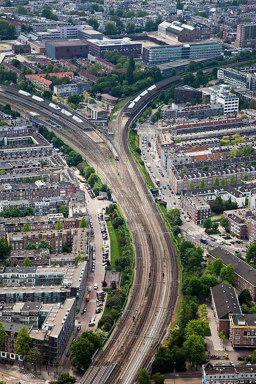 Nederland, Amsterdam, Amsterdam-Oost, 25-05-2010. Spoorlijnen door Amsterdam-Oost, ter hoogte van het Station Muiderpoort (Muiderpoortstation). Links de Indische Buurt, rechts de Dapperbuurt. Op het tweede plan Polderweg..luchtfoto (toeslag), aerial photo (additional fee required).foto/photo Siebe Swart