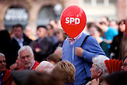 Frankfurt am Main | 21.09.2013<br /> <br /> Endspurt-Kundgebung auf dem Frankfurter R&ouml;merberg zum Landtagswahlkampf der SPD (Sozialdemokratische Partei Deutschlands) 2013, hier: <br /> SPD-Luftballon.<br /> <br /> ABDRUCK/NUTZUNG HONORARPFLICHTIG!<br /> <br /> &copy;peter-juelich.com<br /> <br /> [No Model Release | No Property Release]
