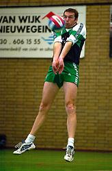 10-02-2001 VOLLEYBAL: NIVOC - SSS BARRNEVELD: NIEUWEGEIN<br /> SSS wint met 3-2 in Nieuwegein / <br /> ©2001-WWW.FOTOHOOGENDOORN.NL