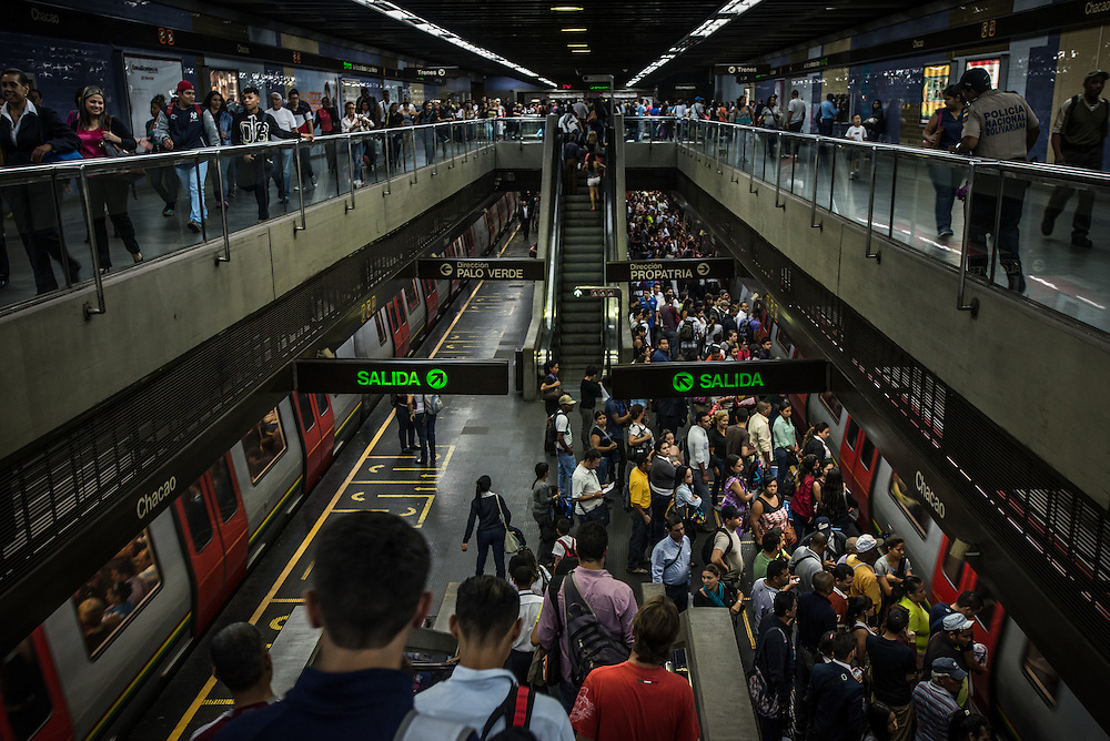 CARACAS, VENEZUELA - JANUARY 19, 2016:  Passengers get on and off the subway at the Chacao stop, on line one of the Caracas Metro system.  PHOTO: Meridith Kohut for The New York Times // for Venblog10 - Caracas Subway