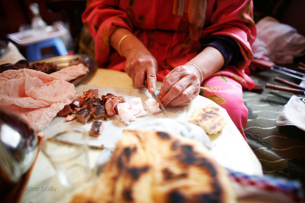 Marrakech, Maroc. 21 Decembre 2007..Aid El Kebir est une des fetes les plus importantes de l'Islam. ..Marrakesh, Morocco. December 21st 2007..Hachoma prepare skewers with the sheep's liver and heart for Eid Al-Adha's meal. Eid Al-Adha is one of the most important celebrations in the Islam traditions.