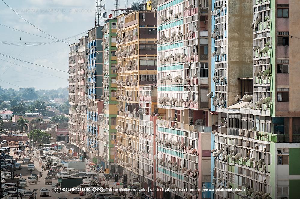 Inúmeras antenas parabólicas nos edifícios da Rua dos Combatentes em Luanda para assistir TV por satélite. Fotografia tirada em 2011. Hoje já ha televisão por cabo (ZAP, TV CABO) e cenários como este são cada vez menos frequentes nas zonas urbanas.