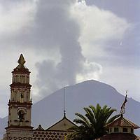 Amecameca, Méx.- Vista de las exhalaciones de ceniza y vapor de agua del volcan popocatepetl despúes de la erupción que presentó por la madrugada. Agencia MVT / Mario Vázquez de la Torre.