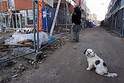 Een hondje wacht geduldig op het baasje die de vorderingen van de bouw aan het Ledig Erf volgt.<br /> <br /> A dog is waiting for his boss, who is watching at the construction area in Utrecht.