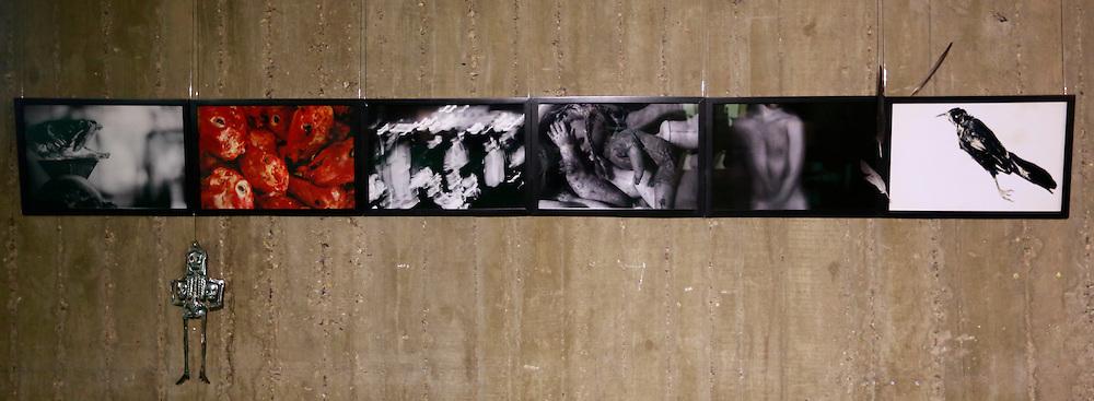 Contexte: les mauvais gar&ccedil;ons, <br /> un livre des morts<br /> <br /> Tirages pigmentaires sur papiers Hahnem&uuml;hle, plumes et objet en m&eacute;tal<br /> pi&egrave;ce unique