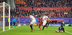 SEVILLE, SPAIN - Tuesday, November 21, 2017: Liverpool's Roberto Firmino scores the third goal during the UEFA Champions League Group E match between Sevilla FC and Liverpool FC at the Estadio Ramón Sánchez Pizjuán. (Pic by David Rawcliffe/Propaganda)