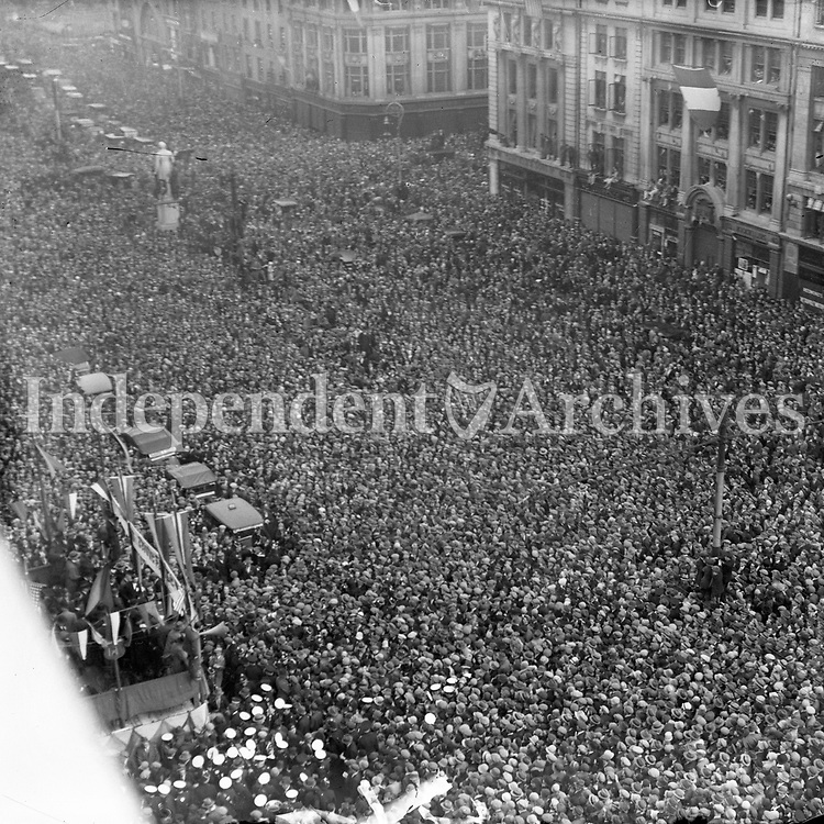 O'Connell Street crowd. Date and event unknown.<br />