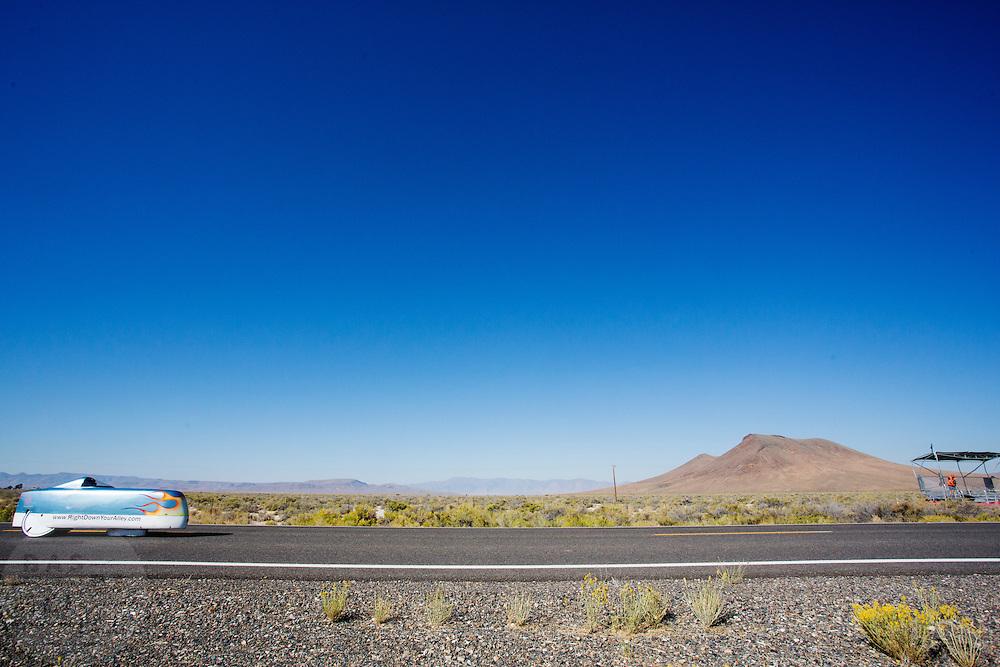 Adam Ince tijdens de vijfde racedag. In Battle Mountain (Nevada) wordt ieder jaar de World Human Powered Speed Challenge gehouden. Tijdens deze wedstrijd wordt geprobeerd zo hard mogelijk te fietsen op pure menskracht. Het huidige record staat sinds 2015 op naam van de Canadees Todd Reichert die 139,45 km/h reed. De deelnemers bestaan zowel uit teams van universiteiten als uit hobbyisten. Met de gestroomlijnde fietsen willen ze laten zien wat mogelijk is met menskracht. De speciale ligfietsen kunnen gezien worden als de Formule 1 van het fietsen. De kennis die wordt opgedaan wordt ook gebruikt om duurzaam vervoer verder te ontwikkelen.<br /> <br /> In Battle Mountain (Nevada) each year the World Human Powered Speed Challenge is held. During this race they try to ride on pure manpower as hard as possible. Since 2015 the Canadian Todd Reichert is record holder with a speed of 136,45 km/h. The participants consist of both teams from universities and from hobbyists. With the sleek bikes they want to show what is possible with human power. The special recumbent bicycles can be seen as the Formula 1 of the bicycle. The knowledge gained is also used to develop sustainable transport.